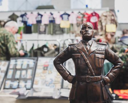 MILANO, ITALIA - 18 maggio: la statua di Mussolini in mostra alla Militalia, mostra dedicata ai collezionisti di militaria e associazioni militari su 18 Maggio 2014 a Milano.