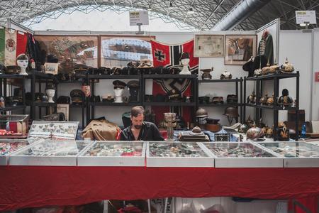 expositor: MILAN, Italia - 18 de mayo: Expositor sentado en su stand en Militalia, exposici�n dedicada a los coleccionistas de militaria y asociaciones de militares el 18 de mayo de 2014 en Mil�n.