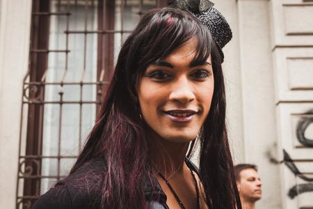 transexual: MILAN, Italia - 28 de junio: La gente en el desfile del orgullo gay en Mil�n 28 de junio 2014 Miles de personas marchan en las calles de la ciudad para el desfile anual del orgullo gay, reclamando la igualdad y los derechos legales..