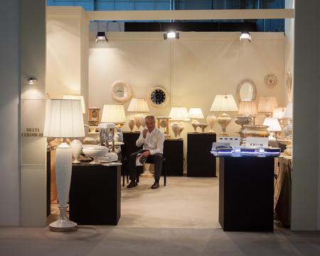 expositor: MILAN, Italia - 13 de septiembre: Expositor en su stand en HOMI, hogar espect�culo internacional y punto de referencia para todos aquellos en el sector del dise�o de interiores en 13 de septiembre 2014 en Mil�n.