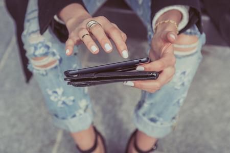 jolie fille: Détail d'une jeune fille travaille avec sa tablette dans les rues de la ville