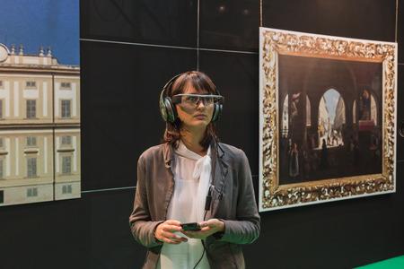 MILANO, ITALIA - 22 ottobre: ??La donna indossa gli occhiali per la realtà aumentata a Smau, salone internazionale delle tecnologie dell'informazione della comunicazione il 22 ottobre 2014 a Milano. Editoriali