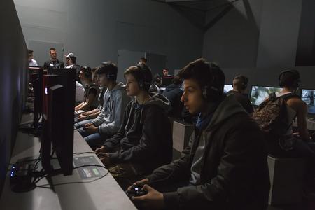 MILANO, ITALIA - 24 ottobre: ??La gente gioca a Games Week 2014, evento dedicato ai videogiochi e intrattenimento elettronico il 24 ottobre 2014 a Milano.