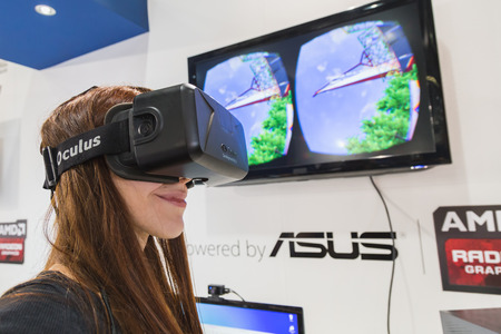 MILANO, ITALIA - 24 ottobre: ??La ragazza prova auricolare Oculus alla Games Week 2014, evento dedicato ai videogiochi e intrattenimento elettronico il 24 ottobre 2014 a Milano. Editoriali