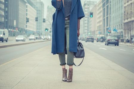 Particolare di una giovane donna elegante in posa per le strade della città