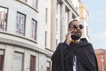 alberto: MILAN, Italia - 02 de marzo: Actitudes del hombre fuera Alberto Zambelli desfile de moda edificio para Semana de la Moda de Mujeres de Mil�n en 02 de marzo 2015 en Mil�n.