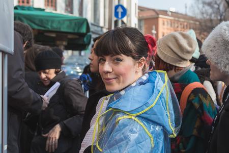 alberto: MILAN, Italia - 02 de marzo: La mujer joven presenta fuera Alberto Zambelli desfile de moda edificio para Semana de la Moda de Mujeres de Mil�n en 02 de marzo 2015 en Mil�n.