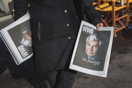 alberto: MILAN, Italia - 02 de marzo: El detalle de una ni�a de distribuir su revista WWD fuera Alberto Zambelli desfile de moda edificio para la Semana de Moda de la Mujer en Mil�n en 02 de marzo 2015 en Mil�n.