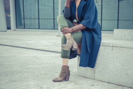 Detail of a stylish young woman posing in the city streets Archivio Fotografico