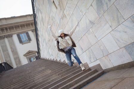 bajando escaleras: Hermosa mujer joven con piel ecol�gica salta por las escaleras - Concepto de la felicidad, la alegr�a, la libertad y la diversi�n Foto de archivo