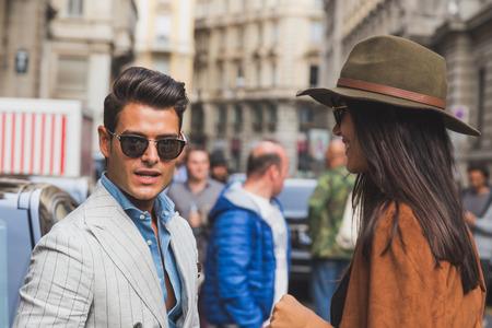 MILANO, ITALIA - 27 settembre: La gente si riunisce fuori Ferragamo sfilata edificio per la Settimana Moda Donna Milano il 27 settembre 2015 a Milano. Editoriali