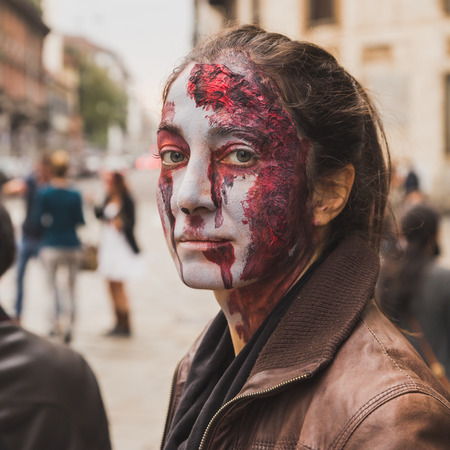 evento social: MILAN, ITALY - OCTOBER 25: People take part in the Zombie Walk, social event in the city streets just before Halloween on OCTOBER 25, 2014 in Milan.
