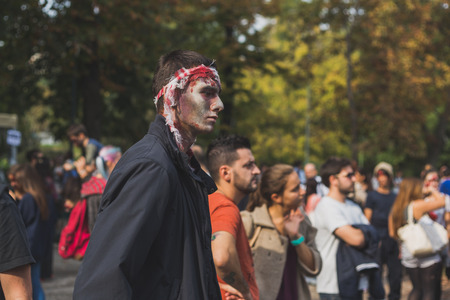 evento social: MILAN, ITALY - OCTOBER 10: People take part in the Zombie Walk, social event in the city streets just before Halloween on OCTOBER 10, 2015 in Milan.