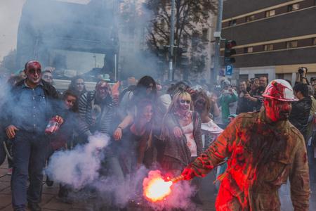 evento social: MILAN, Italia - el 10 de octubre: La gente toma parte en la Zombie Walk, un evento social en las calles de la ciudad justo antes de Halloween el 10 de octubre, 2015, en Mil�n. Editorial