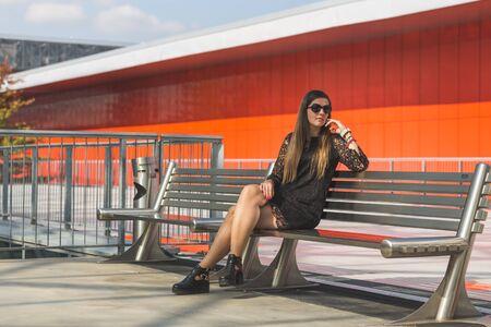 estilo urbano: OFA Retrato joven y bella mujer con el pelo largo que presenta en un contexto urbano