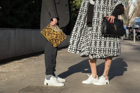 january: MILAN, Italia - 18 de enero: Detalle de bolsos y zapatos fuera de Armani desfile de moda para la construcci�n de semana de la moda de los hombres de Mil�n en Milano el 18 DE ENERO DE 2016.