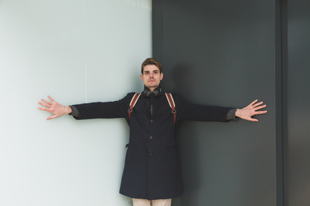 ni�o con mochila: Young handsome man posing in an urban context Foto de archivo