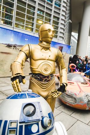 MILAN, Italia - el 5 de marzo: La gente de la Legión 501, organismo oficial de vestuario, tomar parte en el desfile de Star Wars con trajes perfectamente precisos el 5 de marzo de 2016 en Milán.