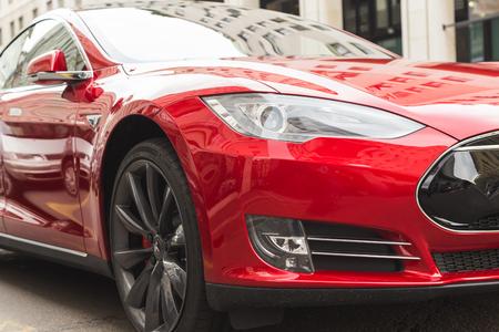 MILANO, ITALIA - 31 marzo 2016: Particolare della Tesla Model S auto P90D. Tesla Motors è una società americana che progetta, produce e vende taglio auto elettriche bordo.