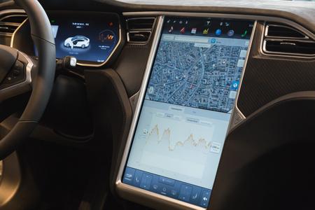 MILANO, ITALIA - 31 marzo 2016: Interiore dell'automobile Tesla Model S 90D. Tesla Motors è una società americana che progetta, produce e vende taglio auto elettriche bordo. Editoriali