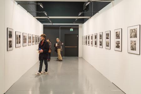 exhibitor: MILAN, Italia - 29 de abril: La gente visita MIA, la fotografía internacional y en movimiento feria de arte imagen el 29 de abril, 2016, Milán