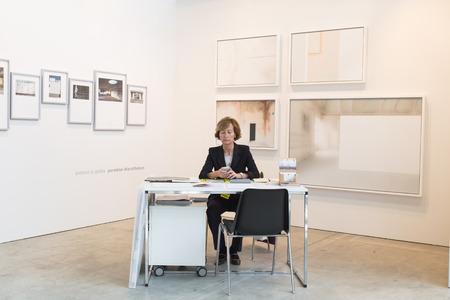 expositor: MILAN, Italia - 29 de abril: Expositor en su puesto de venta en el MIA, la fotograf�a internacional y en movimiento feria de arte imagen el 29 de abril, 2016, Mil�n