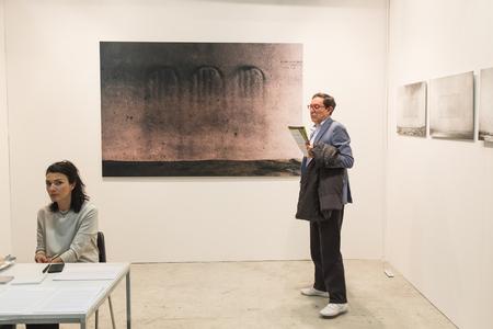exhibidor: MILAN, Italia - 29 de abril: La gente visita MIA, la fotograf�a internacional y en movimiento feria de arte imagen el 29 de abril, 2016, Mil�n
