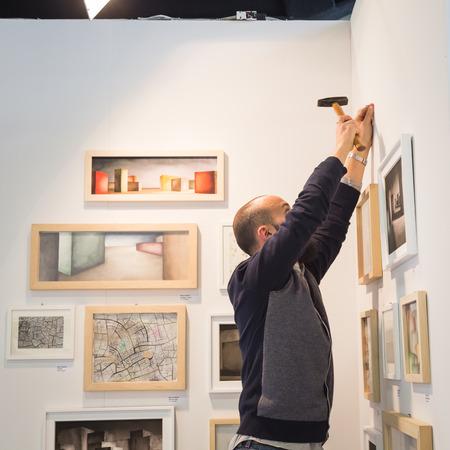 expositor: MILAN, Italia - 29 de abril: Expositor en su stand en el MIA, la fotograf�a internacional y en movimiento feria de arte imagen el 29 de abril, 2016, Mil�n