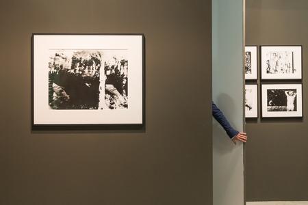 expositor: MILAN, Italia - 29 de abril: Detalle de un expositor en su puesto de venta en el MIA, la fotograf�a internacional y en movimiento feria de arte imagen el 29 de abril, 2016, Mil�n