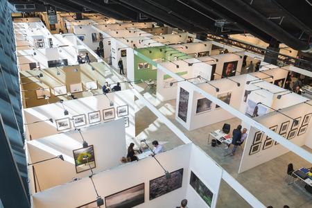 exhibidor: MILAN, Italia - 29 de abril: Vista superior de las personas y las cabinas en MIA, la fotograf�a internacional y en movimiento feria de arte imagen el 29 de abril, 2016, Mil�n