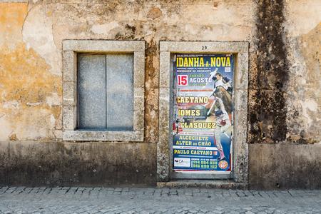 corrida de toros: Idanha a Velha, PORTUGAL - 19 de agosto, 2015: Declaración de una corrida de toros, no lejos de la frontera española en el este de Portugal.