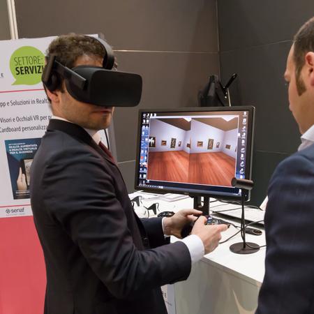 MILANO, ITALIA - 7 GIUGNO 2016: L'uomo cerca auricolare realtà virtuale al Polo Tecnologico, evento internazionale per le tecnologie innovative e futuristiche che servono affari.