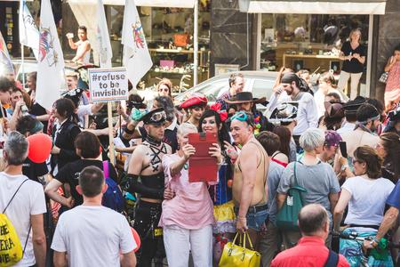 transsexual: MILAN, Italia - 25 de junio: La gente en el desfile del orgullo en Mil�n el 25 de junio, 2016. Miles de personas marchan en las calles de la ciudad para el desfile anual del orgullo, reclamando la igualdad y los derechos legales.