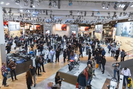 MILANO, ITALIA - 8 novembre: Persone visitano EICMA, mostra internazionale del motociclo su 8 Nov 2016 a Milano.