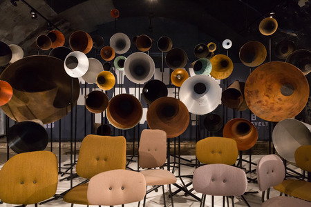 MILANO, ITALIA - 7 APRILE: Installazione a Fuorisalone, serie di eventi distribuiti in diverse aree della città durante la Milano Design Week il 7 aprile 2017 a Milano. Editoriali