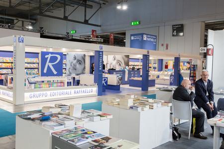 expositor: MILÁN, Italia - el 19 de abril: La gente visita Tempo di Libri, la nueva feria de la edición italiana el 19 de abril de 2017 en Milán.