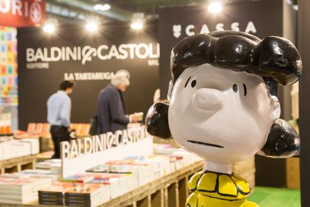 EXHIBIDOR: MILAN, ITALY - APRIL 19: People visit Tempo di Libri, the new Italian Publishing Fair on APRIL 19, 2017 in Milan.