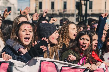 MILAAN, ITALIË - MAART 8: Middelbare scholieren nemen deel aan een mars om de Internationale Vrouwendag te vieren op 8 maart 2018 in Milaan.