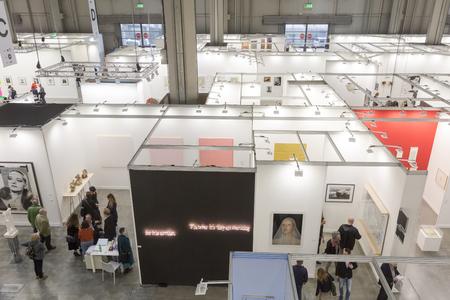 MAILAND, ITALIEN - 13. APRIL: Draufsicht auf Personen und Stände bei Miart, internationale Ausstellung der modernen und zeitgenössischen Kunst am 13. APRIL 2018 in Mailand. Editorial