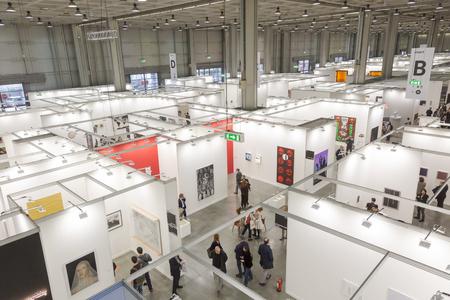 MAILAND, ITALIEN - 13. APRIL: Draufsicht auf Personen und Stände bei Miart, internationale Ausstellung der modernen und zeitgenössischen Kunst am 13. APRIL 2018 in Mailand.