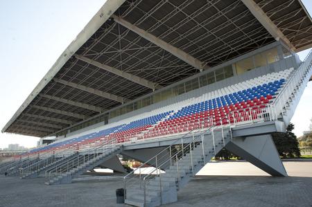 deportes olimpicos: Canal de remo tribuna pintada en colores patrióticos.