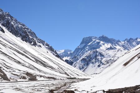Paisaje de nieve de montaña durante el invierno en Santiago, Chile