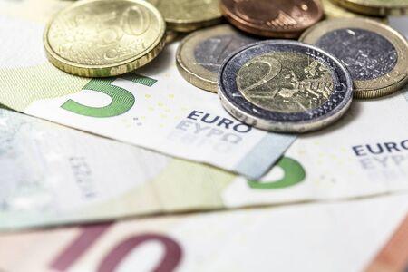 numero diez: Primer plano de palanquillas y monedas en euros