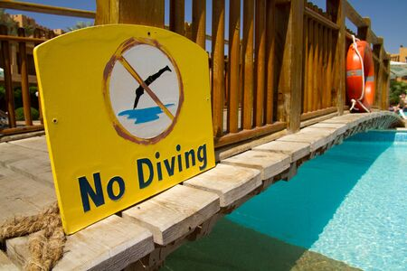 no diving sign: plate not dive at the pool