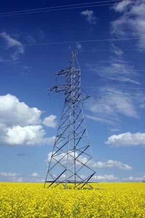 H�he Hochspannungsleitung auf dem Hintergrund des blauen Himmels
