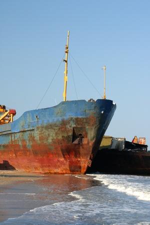 Das Schiff durch einen Sturm am Ufer des Meeres geworfen Lizenzfreie Bilder