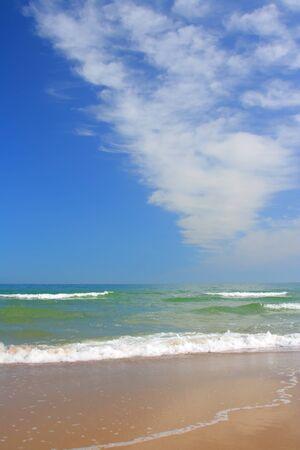 boş bir plajda deniz sakinleşti