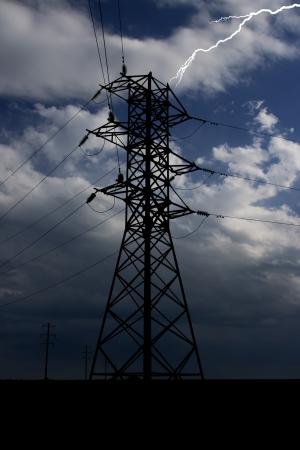 Blitz schlägt in einem elektrischen Turm in einem Gewitter