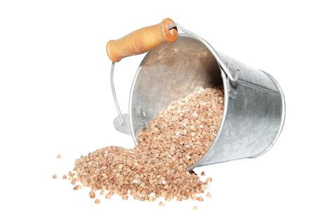 Umgest�rzte Eimer mit Getreide Streuung
