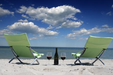 Weingläser stehen am Ufer des Meeres Lizenzfreie Bilder